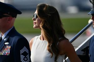 'Kiều nữ' Hope Hicks gây xôn xao khi xuất hiện trên chuyên cơ Air Force One