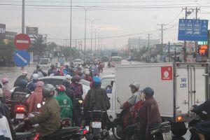 Mưa lớn nhiều tuyến đường ở Biên Hòa ngập sâu trong biển nước