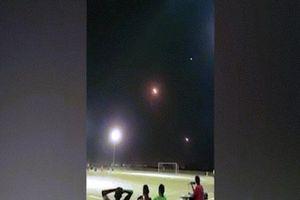 Yemen: Trên trời tên lửa ầm ầm, ở dưới cầu thủ miệt mài đá bóng