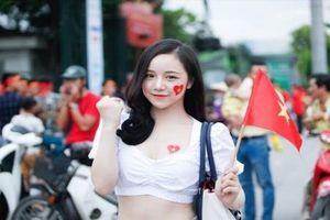 Xuất hiện cổ vũ U23 Việt Nam, hot girl World Cup làm sáng cả khán đài