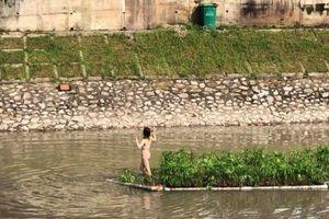 Hà Nội: Làm rõ vụ thiếu nữ mặc nội y nhảy múa trên sông Tô Lịch