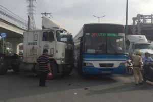 Xe container tông ôtô buýt: Một tài xế bị thương, hành khách hoảng loạn