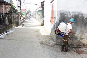 Người dân thôn Bùi Xá (huyện Chương Mỹ) vệ sinh môi trường sau mưa lũ