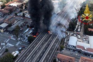 Xe tải phát nổ làm sụt đường cao tốc ở Italy, 2 người thiệt mạng