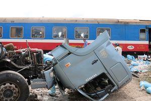 Tàu hỏa tông xe tải văng xa, đường sắt tê liệt