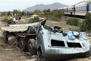 Tàu Bắc - Nam tông xe tải vỡ nát và văng xa, đường sắt tê liệt