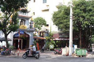 Hàng quán, bãi xe 'bủa vây' chùa Bà Nành
