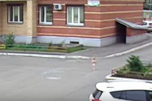 Bé trai 1 tuổi rưỡi mặc bỉm lững chững trốn khỏi nhà trẻ