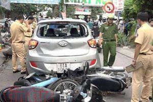 Ô tô chạy lùi sang làn ngược chiều, tông hàng loạt xe máy