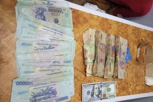 Nhân viên tàu SE1 trả lại gần 120 triệu đồng cho hành khách bỏ quên