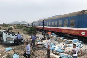 Tàu hỏa trật bánh khỏi đường ray khi va chạm xe tải