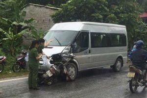 Xe máy va chạm với ô tô 16 chỗ, 2 người tử vong