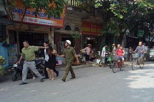 Hà Nội: Công an đưa người phụ nữ nghi 'ngáo đá' chặn xe người dân về trụ sở