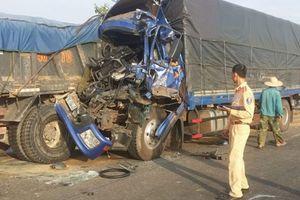 3 xe tải đâm nhau vì... tránh bò, hai người nguy kịch