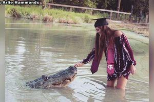 Cô sinh viên chụp ảnh tốt nghiệp với cá sấu dài hơn 4 mét