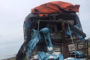 Tàu hỏa tông nát xe tải chở muối ở Ninh Thuận