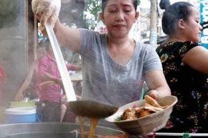 Ghé quán vỉa hè Sài Gòn bán gần 1.000 tô bánh canh cua mỗi ngày