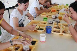 Suất cơm công nghiệp 12.000 đồng: Công nhân ăn gì?