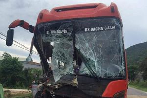 Đầu xe khách biến dạng sau cú tông kinh hoàng