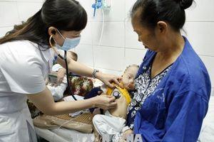 Cặp sinh đôi 11 tháng tuổi nguy kịch vì biến chứng bệnh sởi
