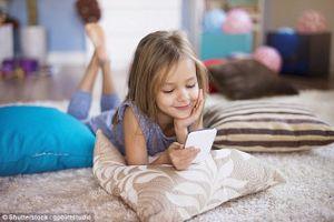 Tác hại của việc cho trẻ dùng điện thoại thông minh quá sớm