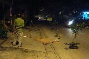 Hai nam thanh niên thương vong cạnh xe máy lúc nửa đêm
