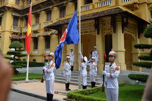 Toàn cảnh Thượng cờ kỷ niệm 51 năm thành lập ASEAN tại Bộ Ngoại giao