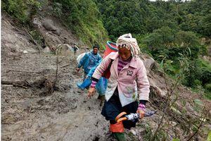 Đường vào các xã bị cô lập ở Lai Châu tiếp tục sạt lở