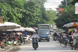 Hai chợ cóc vây trụ sở UBND xã Sài Sơn
