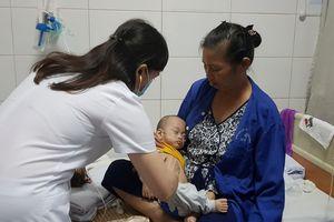 Cặp song sinh mắc sởi biến chứng viêm phổi nguy kịch