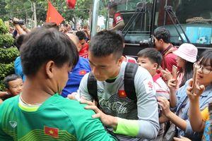 Người hâm mộ Bình Dương đội mưa xem Olympic Việt Nam tập