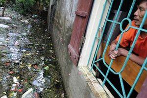 Tại sao rác thải ngập ngụa trong lũ tại Chương Mỹ chưa thể dọn hết?