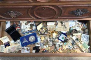 Mua tủ cũ kêu lọc xọc, bất ngờ phát hiện kho báu vàng ròng bên trong