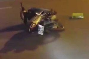 Đâm xe máy vào nữ công nhân, vứt xe tại hiện trường rồi bỏ trốn.