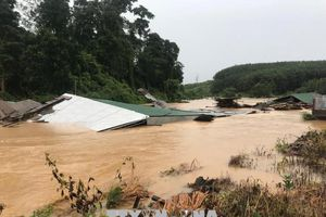 Mưa lũ cô lập 3 xã ở Kon Tum, hàng chục căn nhà bị ngập nước