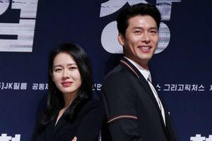 'Chị đẹp' Son Ye Jin bỗng nam tính, đọ vẻ đẹp trai với 'tài tử' Hyun Bin tại họp báo 'Negotiation'