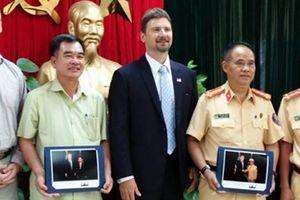 Đại diện Cơ quan Mật vụ Hoa Kỳ tặng ảnh kỷ niệm Trưởng phòng CSGT Hà Nội