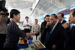 Hình ảnh: Thủ tướng thưởng thức nước dừa, nước trà và trái cây tại Hội chợ