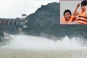 Thủy điện Hòa Bình mở cửa xả đáy, rợn người nhìn trẻ em vui đùa ở bãi tắm tử thần