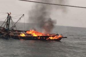 Tàu cháy ngoài khơi, 7 ngư dân thoát chết