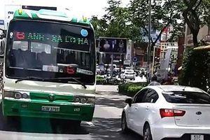 Nóng nhất Sài Gòn: Rùng mình cảnh xe buýt 'nghênh ngang' đi ngược chiều