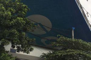 TP HCM: Mưa to, bảng quảng cáo sập đè chết người