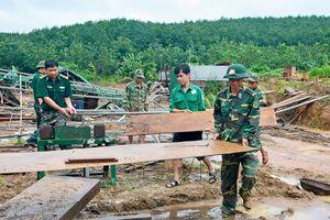 Hơn 100 cán bộ, chiến sĩ ở Kon Tum giúp dân khắc phục hậu quả lũ quét