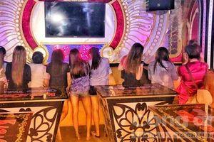 Nữ tiếp viên ăn mặc 'mát mẻ' phục vụ 'khách vip' trong quán karaoke ở Sài Gòn