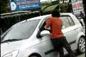 Người đàn bà chặn xe ô tô xin tiền trên QL 8A
