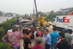 Va chạm container, ô tô con lật nhào, 5 người thoát nạn