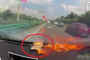 Clip: iPhone 6 nổ tung trong ô tô, nữ tài xế hoảng hồn kêu thất thanh