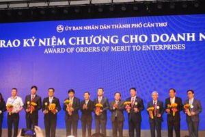 Vietjet đón nhận Kỷ niệm chương của TP.Cần Thơ
