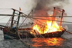 Tàu cá bốc cháy dữ dội, 7 ngư dân nhảy xuống biển thoát thân
