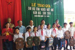 Tặng 250 suất quà cho học sinh nghèo vượt khó học giỏi
